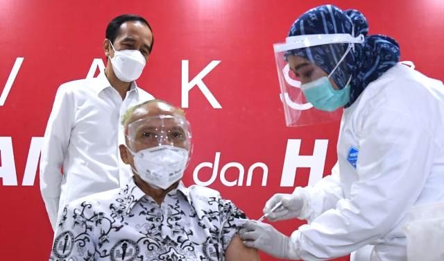 Presiden Tinjau Vaksinasi Pendidik di SMAN 70 Jakarta