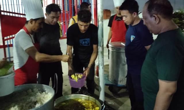 Kepala PLP Bersama Warga Lapas Saat Makan Sahur